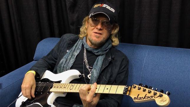Adrian Smith con su guitarra