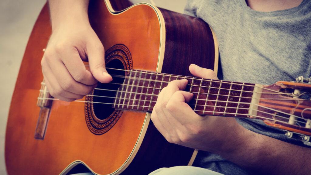 Elegir la guitarra es la primera tarea del principiante, solo harás una vez o un par xD elige bien.