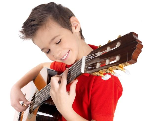 La guitarra es posiblemente el instrumento mas fácil para la mayoría de los niños.